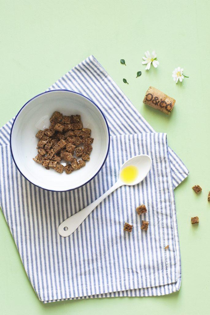 Glace à l'huile d'olive, thym citron et croutons de seigle