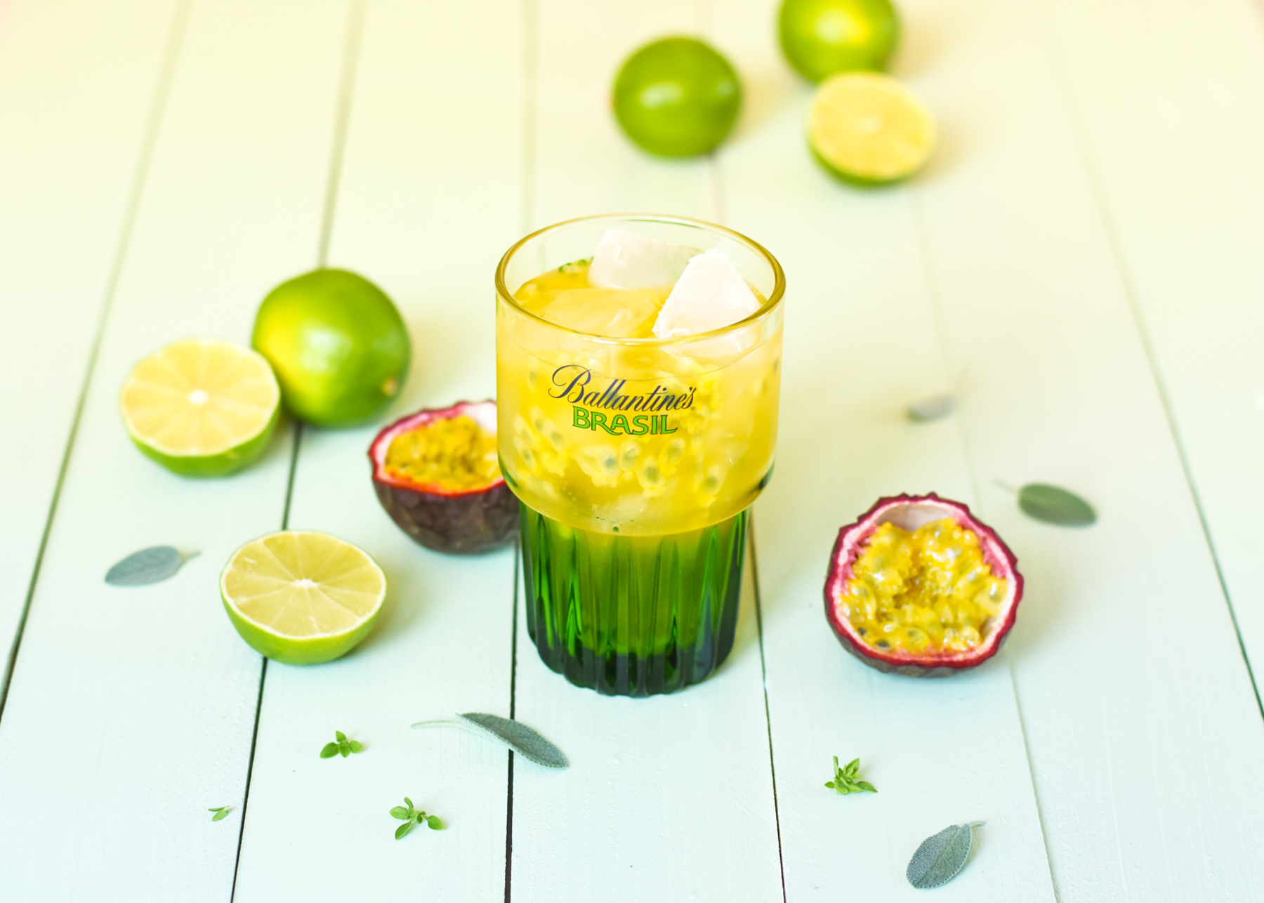 Leaf - Cocktail Ballantine's aux fruits de la passion, citron vert et noix de macadamia