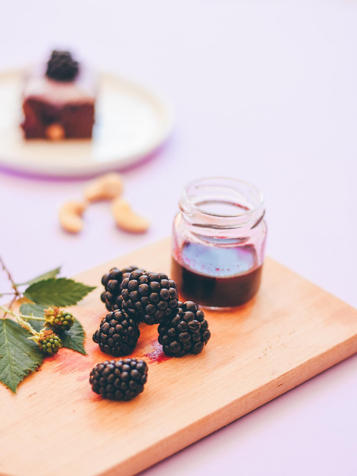 Leaf • Recette de brownie aux mûres sauvages et à la crème de noix de cajou vanillée - Sans lactose, sans œuf, vegan