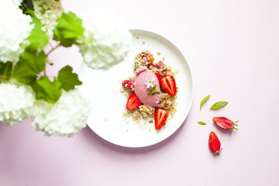 Glace vegan à la fraise et crumble