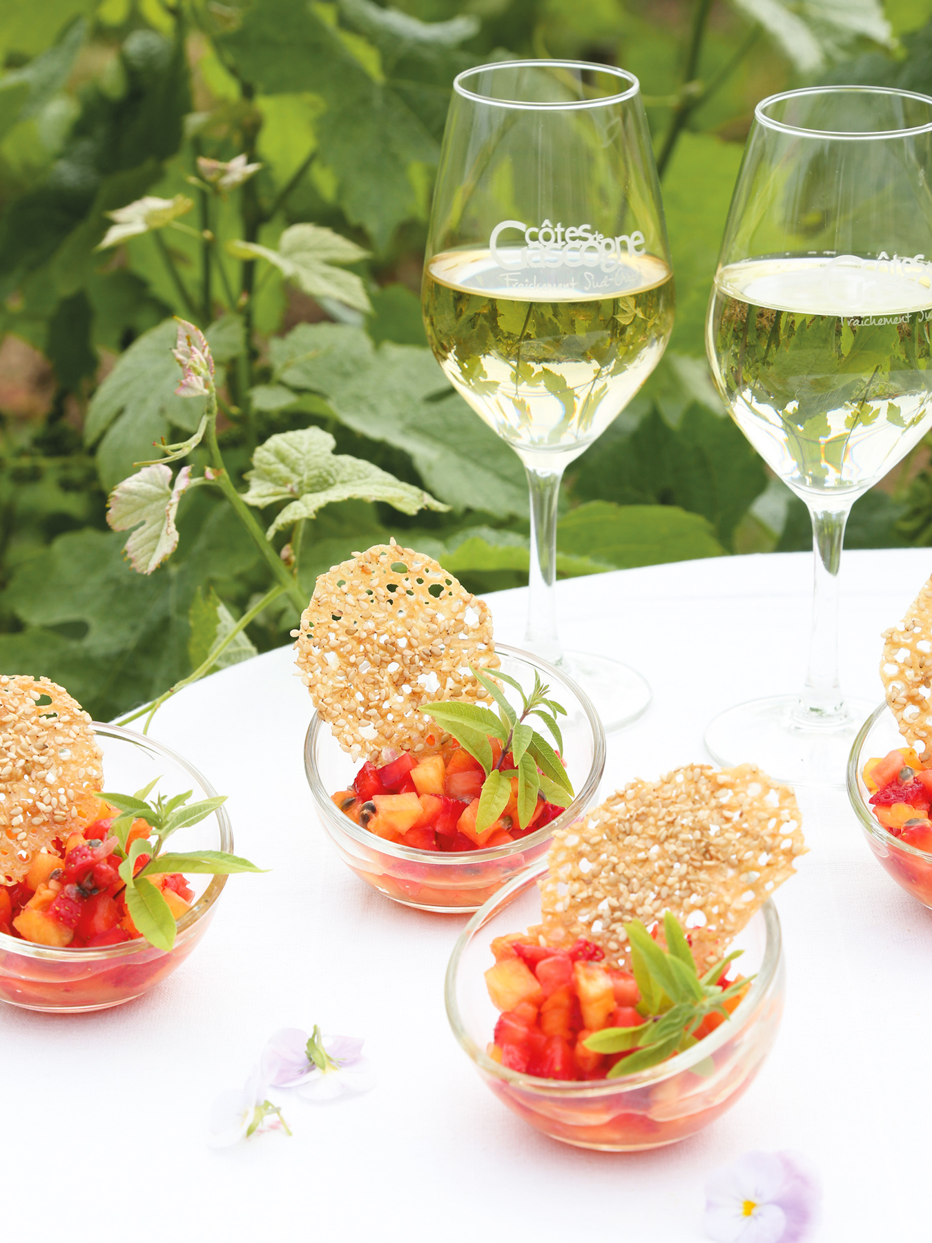 Leaf - Recette de salade de fruits et tuile croustillante au sésame. Accord mets et vins côte de Gascogne. Avec @Petitsbeguins et @LaWINEista